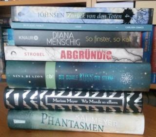 Neu im März - Bücherstapel