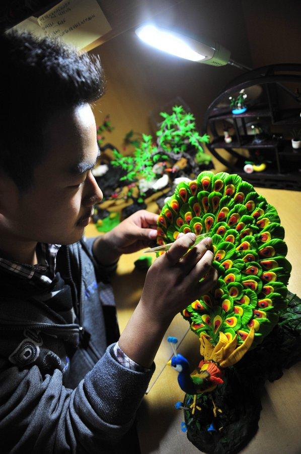 شاب صيني يصنع تماثيل من العجين ...مهارات لا يصدقها العقل 310.jpg